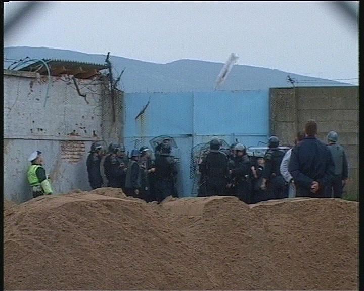 tuca preko ograde, navijaci rada sa policijom. letva u vazduhu