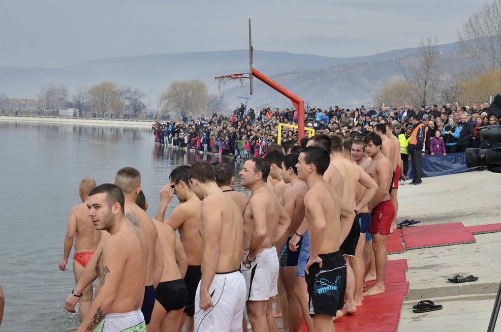 Photo of Prvi do Časnog krsta doplivao Željko Mitić
