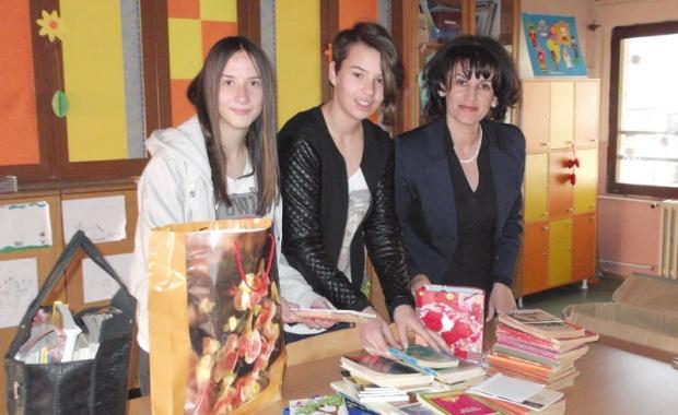 Photo of Poklanjaju knjige na ćirilici vršnjacima u Italiji!