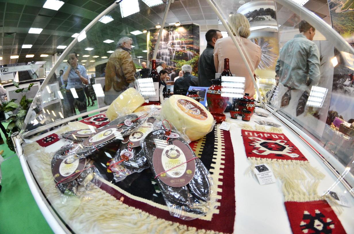 Photo of Pirotska peglana kobasica i kačkavalj hit Sajma turizma u Beogradu(FOTO)