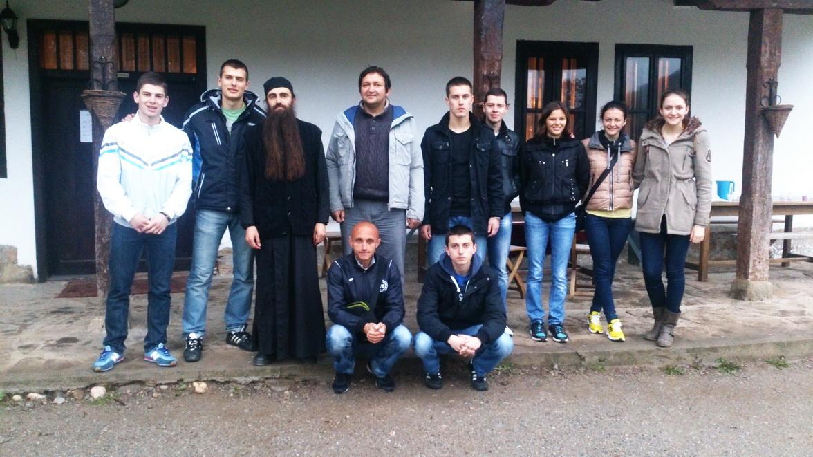 sportisti u manastiru_resize