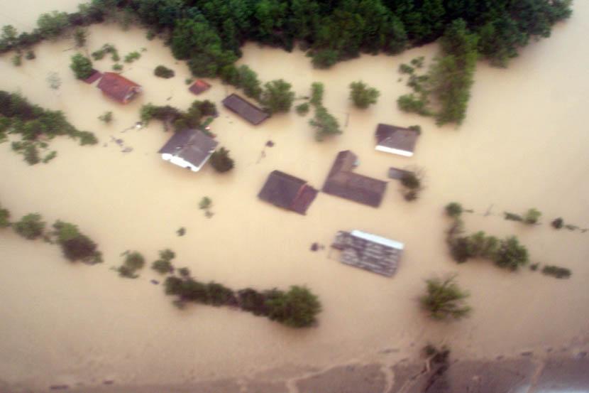 Photo of Pirotski ronioci čamcem evakuisali poplavljene u Obrenovcu