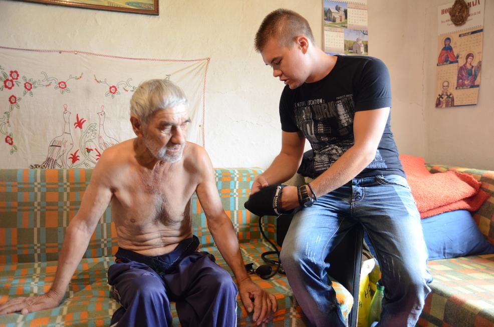 Photo of Mladi nezaposleni lekar pomaže volonterski starima i nemoćnima