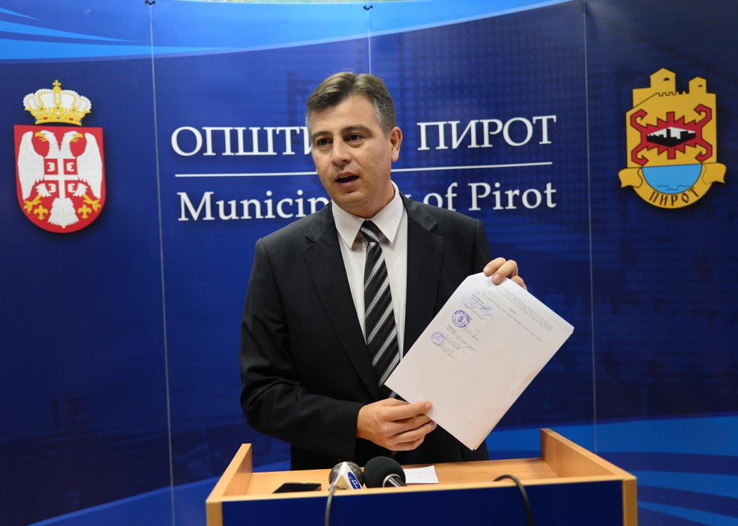 Photo of Vasić i Sertić potpisali ugovor za novi most u Pirotu
