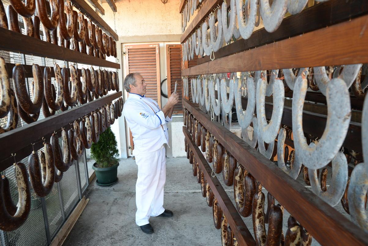 Photo of Čuvaju vekovnu tajnu proizvodnje peglane kobasice