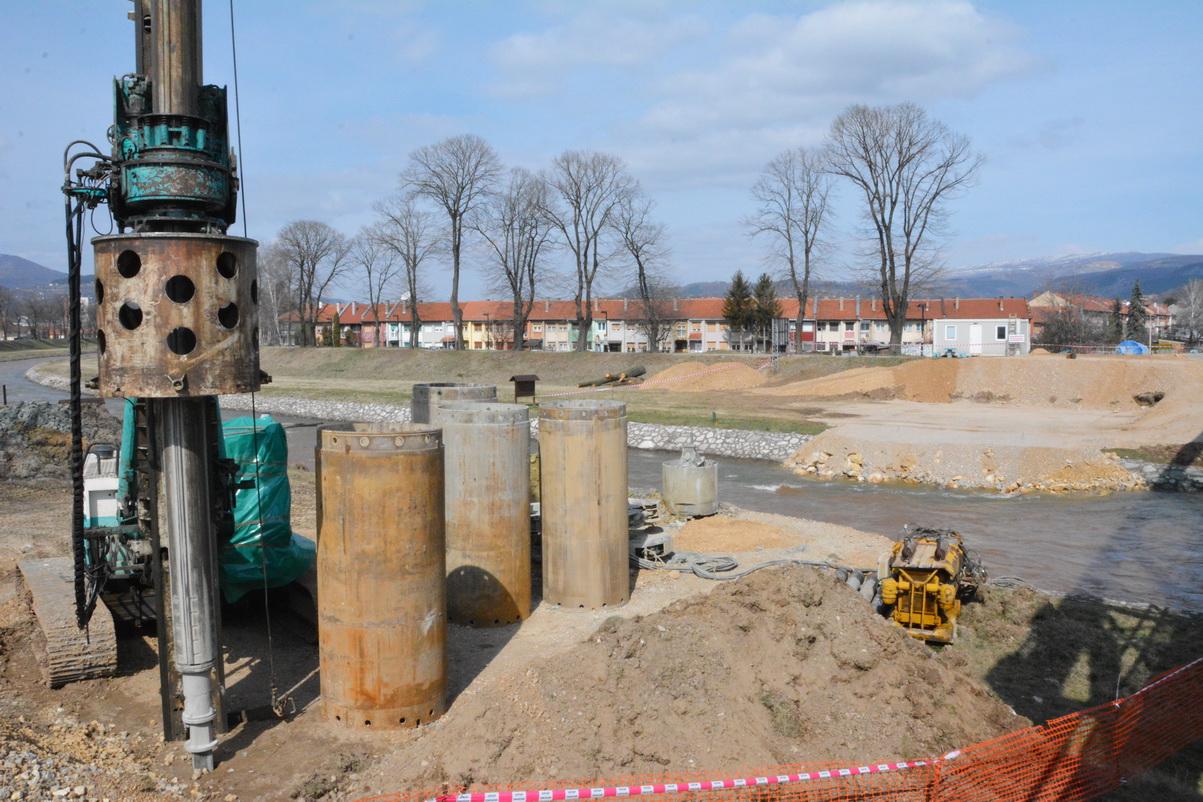 Photo of Postavljanje šipova za novi most *FOTO*
