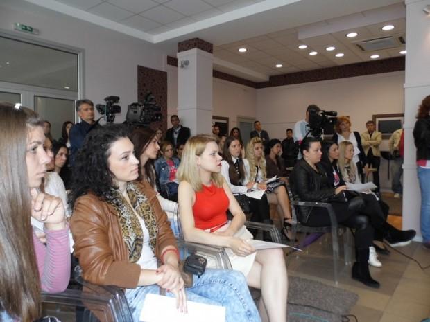 """Photo of """"HELP"""": Sertifikati za 44 devojke"""