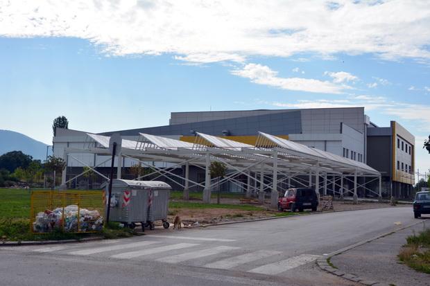 Photo of Ugrađeni solarni paneli na zatvorenom bazenu