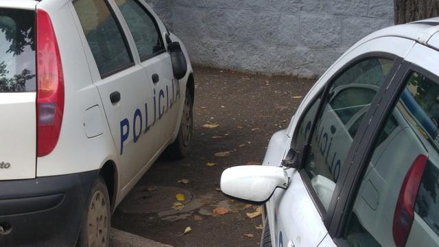 polomljeni retrovizori na policijskim automobilima_1