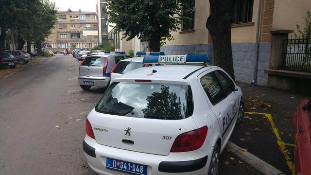 polomljeni retrovizori na policijskim automobilima_2