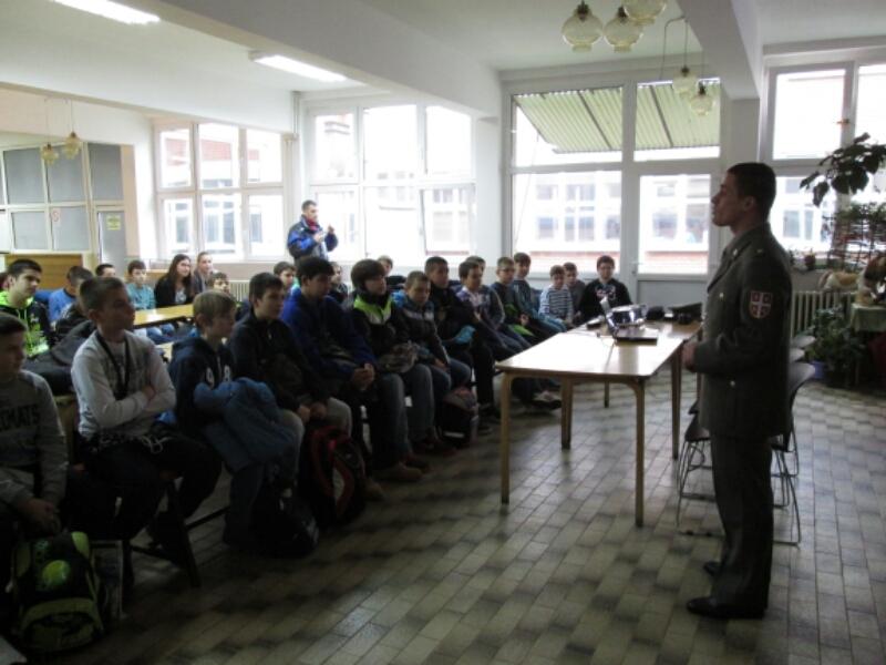 Photo of Vojni pirotehničar držao predavanje osnovcima