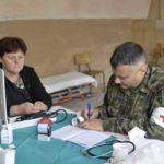 Vojni lekari pomažu staračkom stanovništvu u Dojkincima