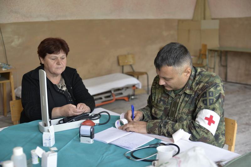 Photo of Vojni lekari pomažu staračkom stanovništvu u Dojkincima