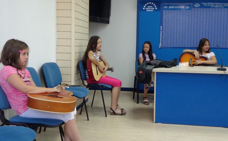 Photo of Školarci uče osnove gitare