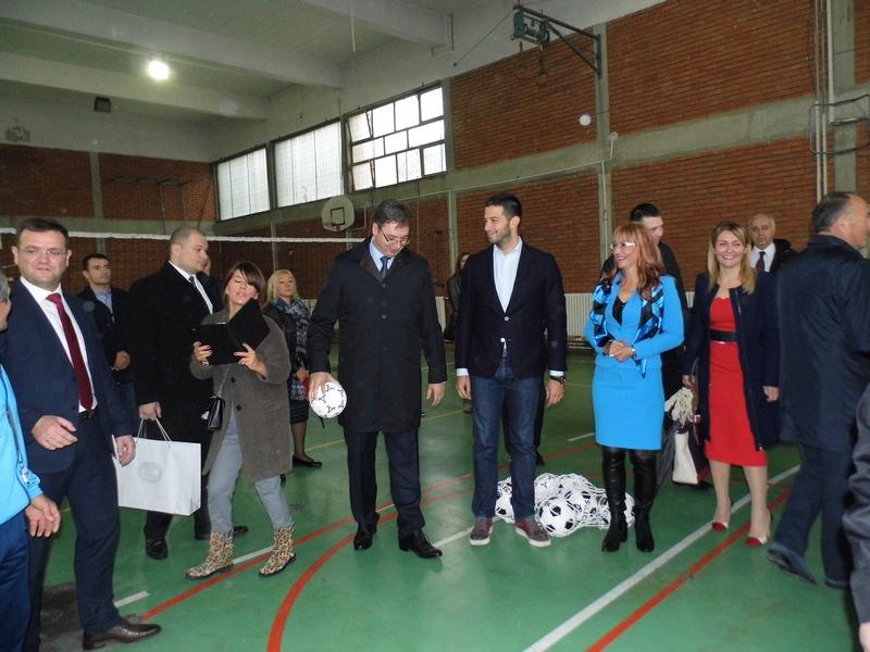 vucic-u-sportskoj-sali-skole