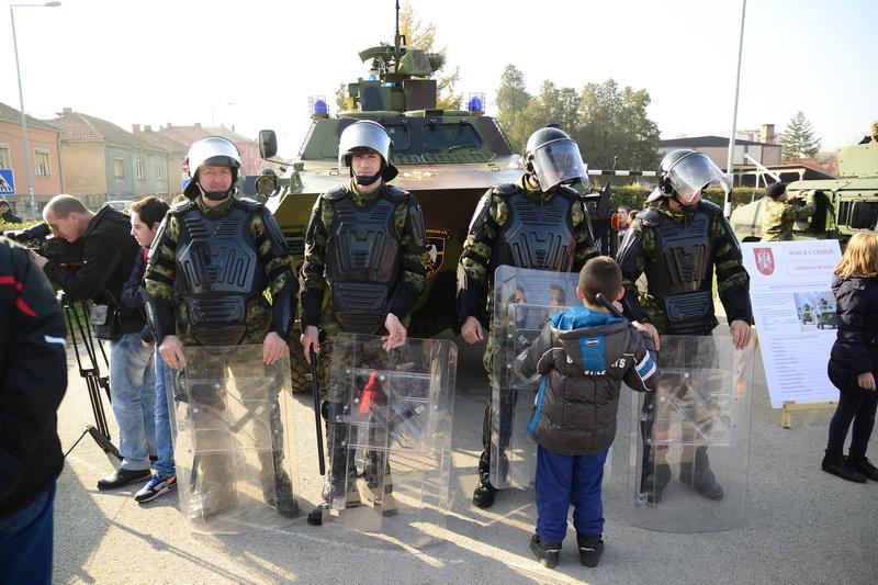 """Photo of Prezentacija Vojske Srbije u dvorištu OŠ """"8. septembar"""""""