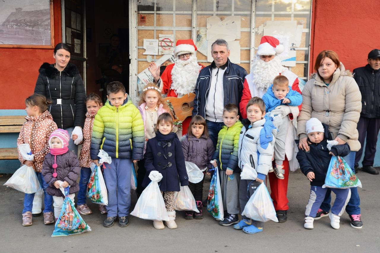 Photo of Podeljeni paketići mališanima u naselju Novi Zavoj