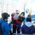 Spasioci u odelima Deda Mraza delili slatkiše mališanima u ski centrima