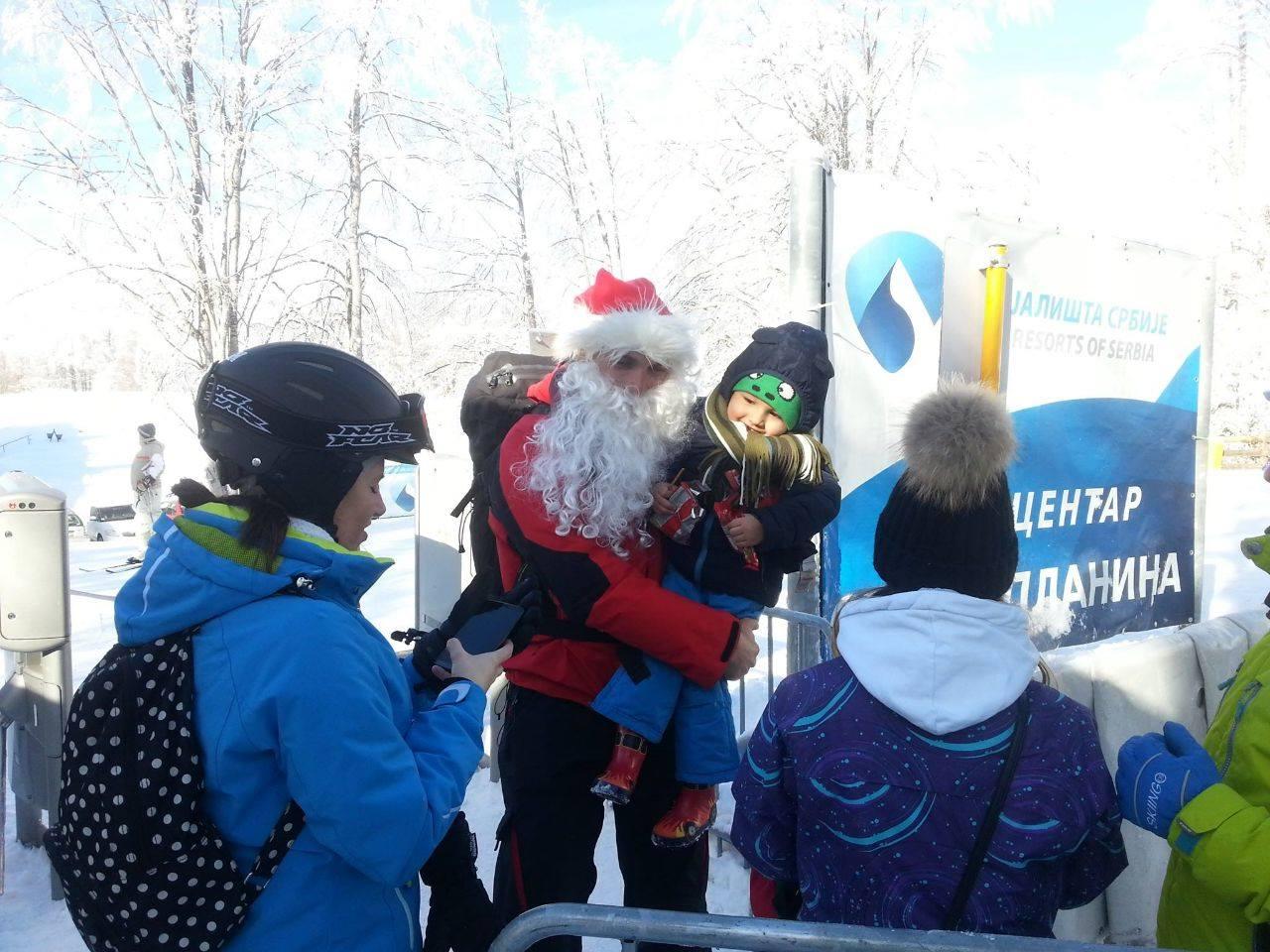 Photo of Spasioci u odelima Deda Mraza delili slatkiše mališanima u ski centrima