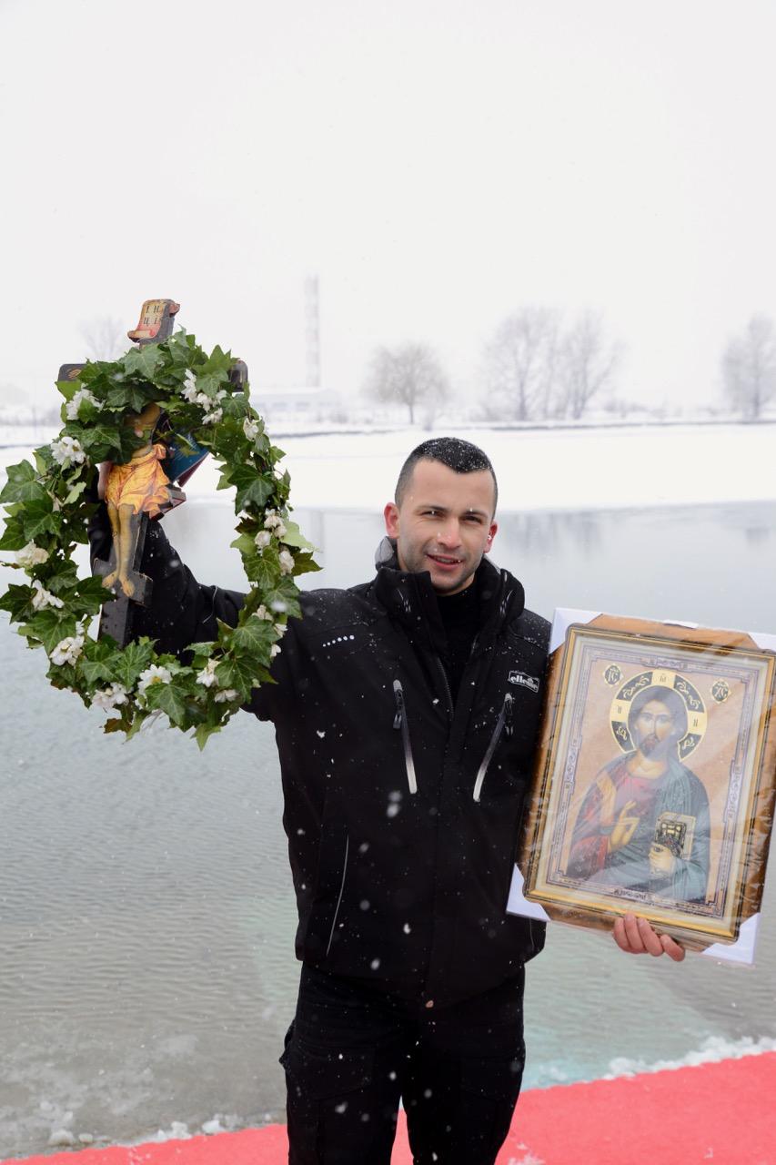 "Photo of Pirotski ""vitezovi vere"" plivali za Časni krst, ove godine prvi do krsta policajac Dejan Mijalković"