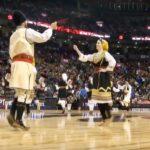 Srpsko kolo na poluvremenu NBA utakmice u Torontu
