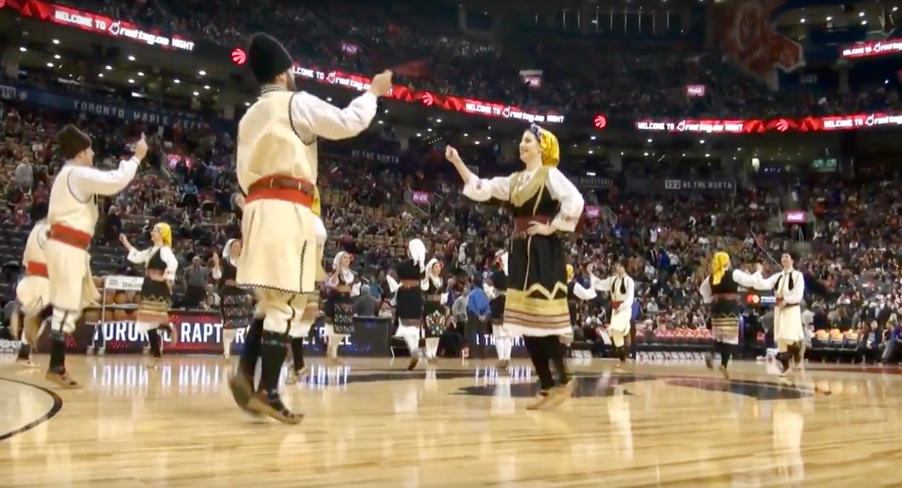 Photo of Srpsko kolo na poluvremenu NBA utakmice u Torontu