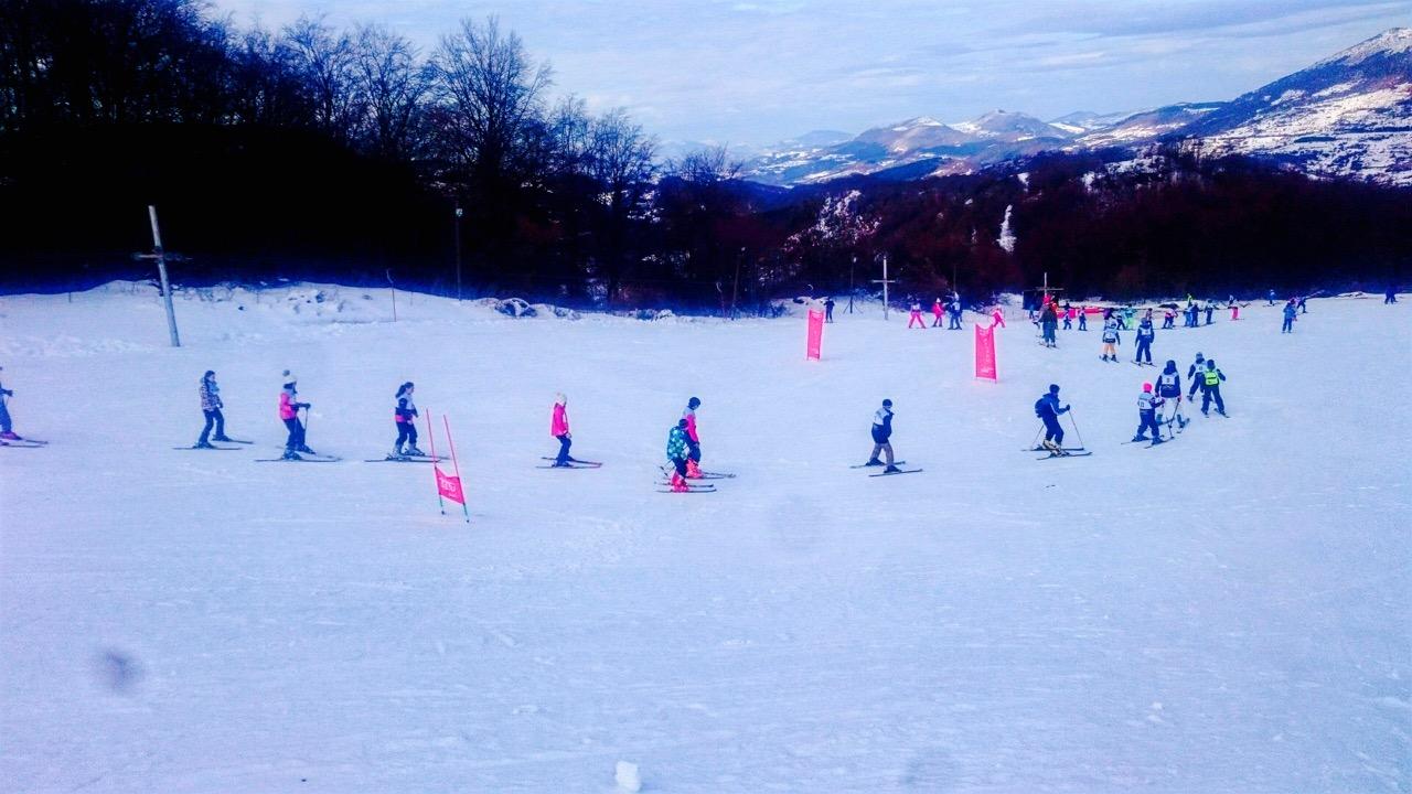"""Photo of Skijaši napravili """"zmiju"""" od nekoliko stotina metara na Gradskom skijalištu"""