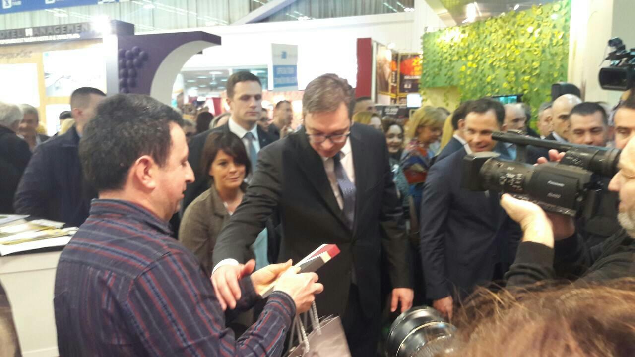 Photo of Premijer Vučić obišao štand Pirota na Sajmu turizma, oduševio se kačkavaljem i peglanom kobasicom