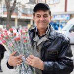 Pirotski fotograf Siniša Jelenkov podelio više od 100 karanfila za 8. mart