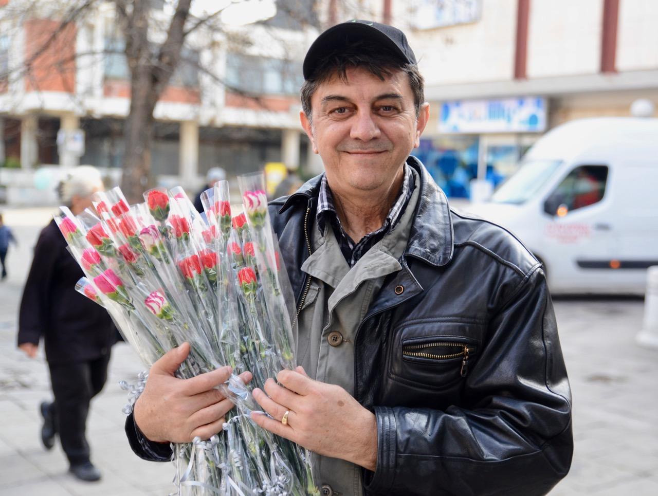 Photo of Pirotski fotograf Siniša Jelenkov podelio više od 100 karanfila za 8. mart