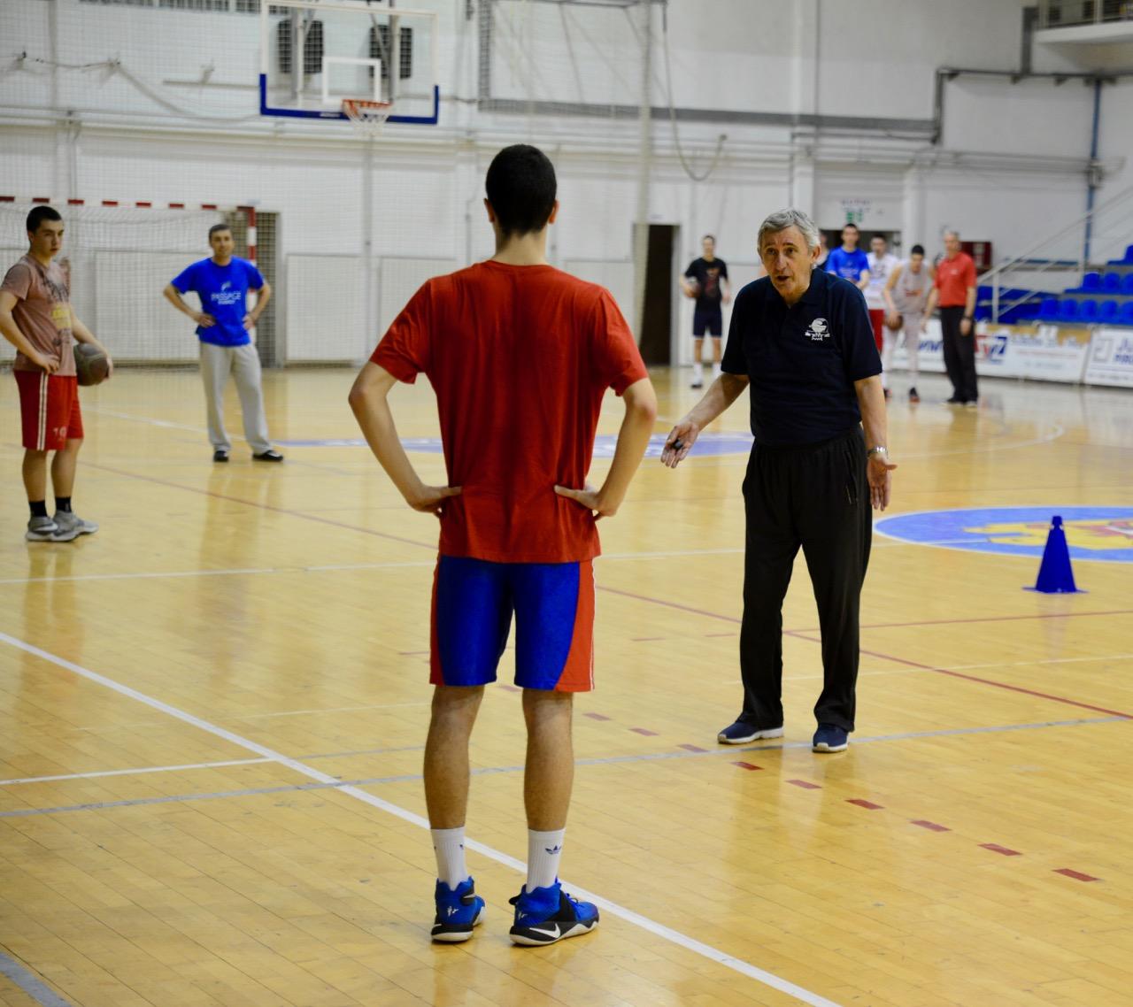 Photo of Legenda Kari Pešić držao treninge nadama pirotske košarke