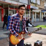 Muzičar Ivan Vukadinović svira danas za Milu Panić
