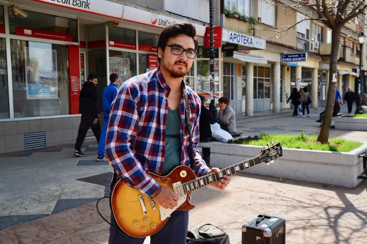 Photo of Muzičar Ivan Vukadinović svira danas za Milu Panić