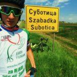 Humani biciklista Milovan Bajčetić sa slikom Mile Panić na dresu do srebra na ultramaratonu
