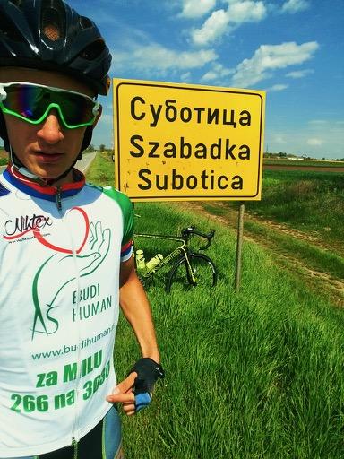 Photo of Humani biciklista Milovan Bajčetić sa slikom Mile Panić na dresu do srebra na ultramaratonu