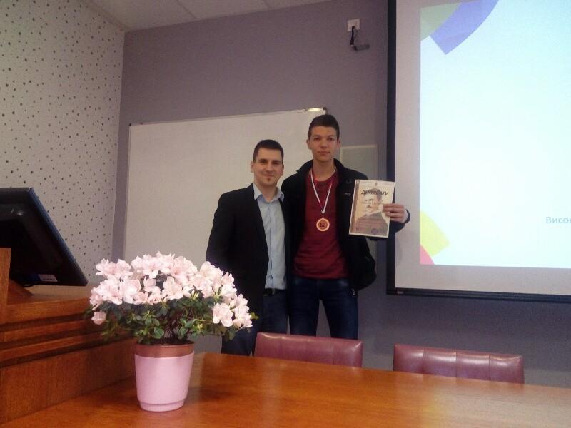 Photo of Nikola Petković dobitnik medalje na takmičenju elektrotehničkih škola