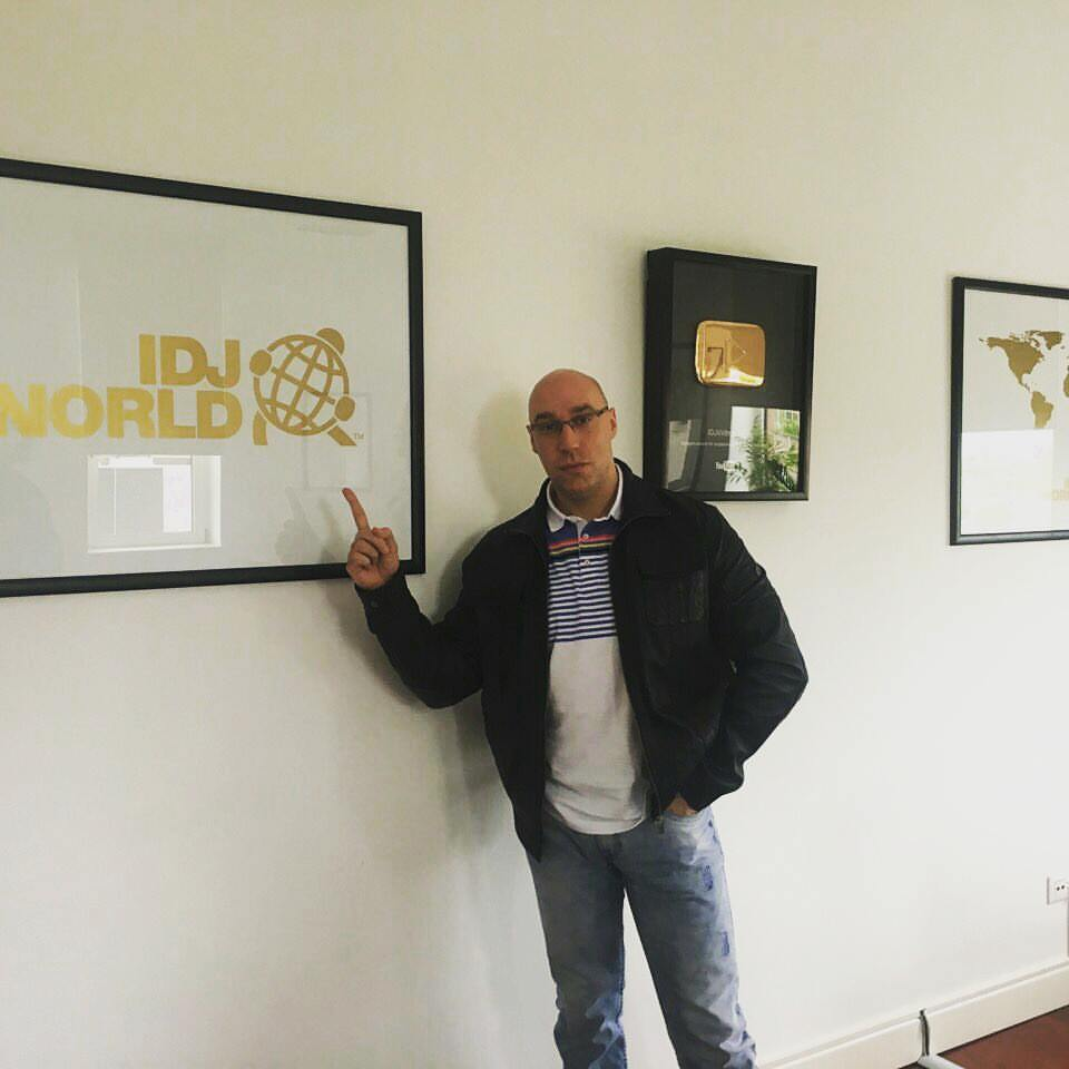 Photo of Vladimir Stojanović potpisao ugovor sa Producentskom kućom IDJ World