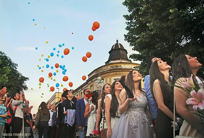 Photo of Večeras parada humanosti i lepote – maturanti Ekonomske u majicama na matursko veče