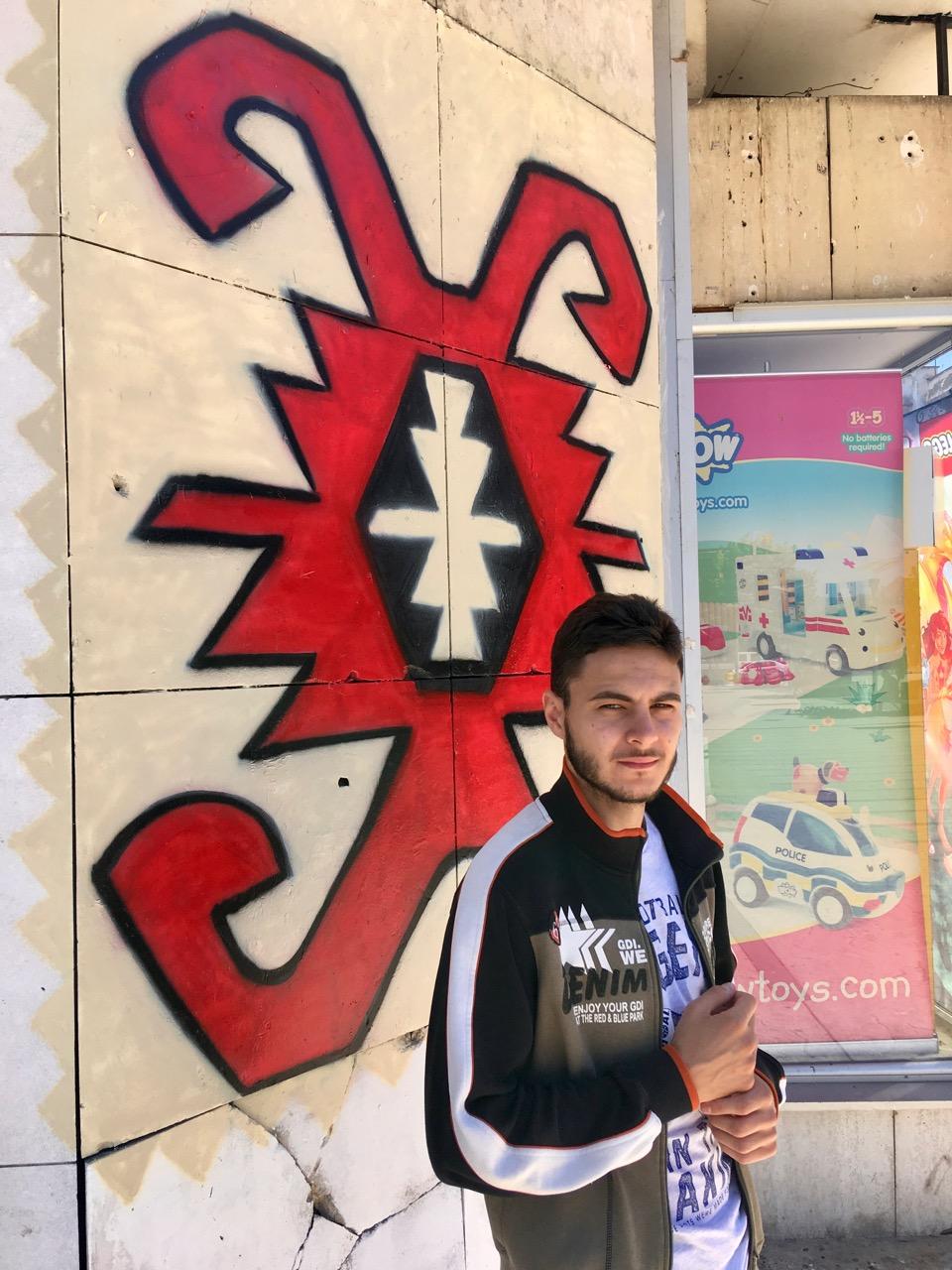 Photo of Šara pirotskog ćilima i na grafitu Dušana Đurića