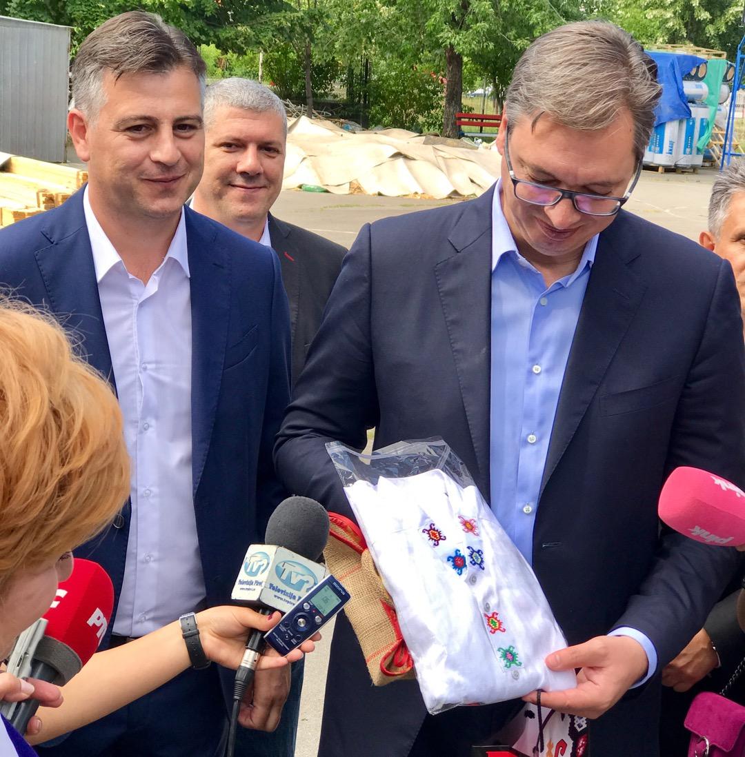 Photo of Novinarka iz Pirota poklonom iznenadila predsednika Srbije