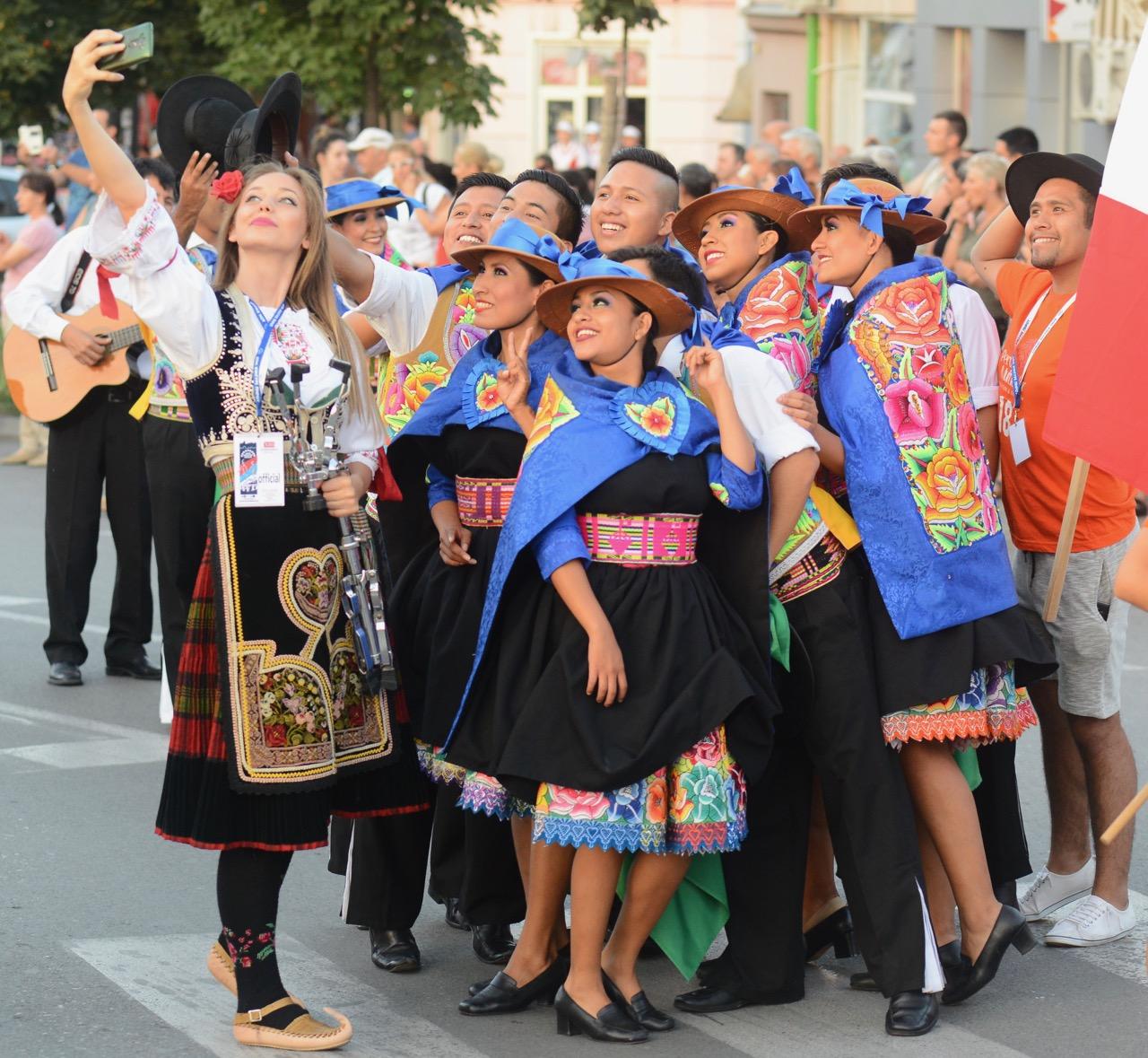 Photo of Defile svih učesnika Festivala folklora Pirotom (foto galerija)