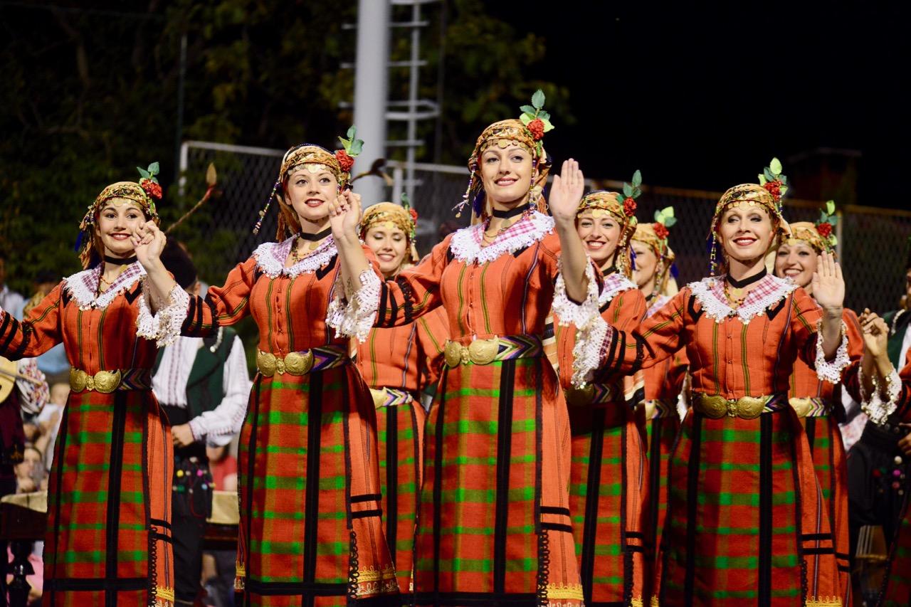 """Photo of Festival folklora: Bugarke pevale """"Tamo daleko"""" i dobile ovacije publike"""