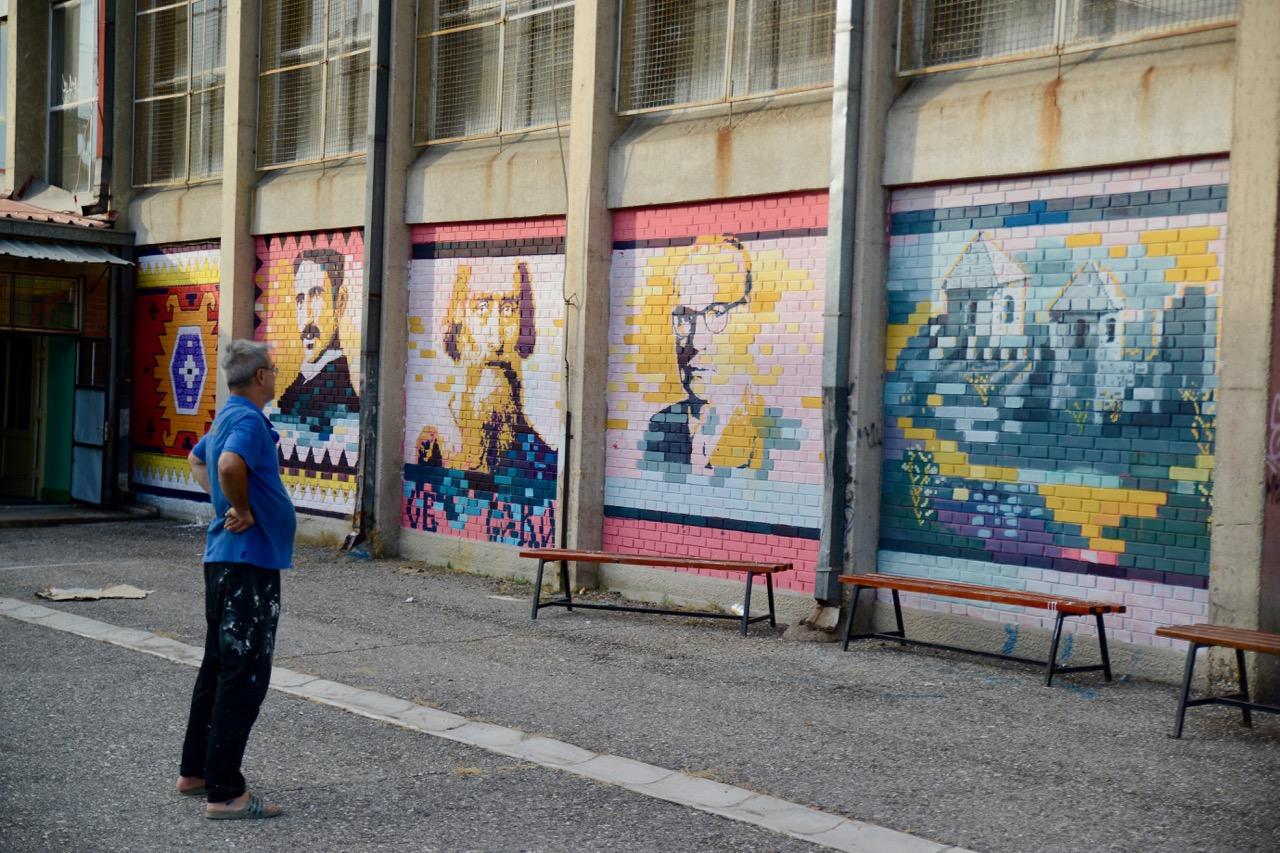 Photo of Umetnik iz Pirota odužio se svojoj školi – dvorište oplemenjuje muralima