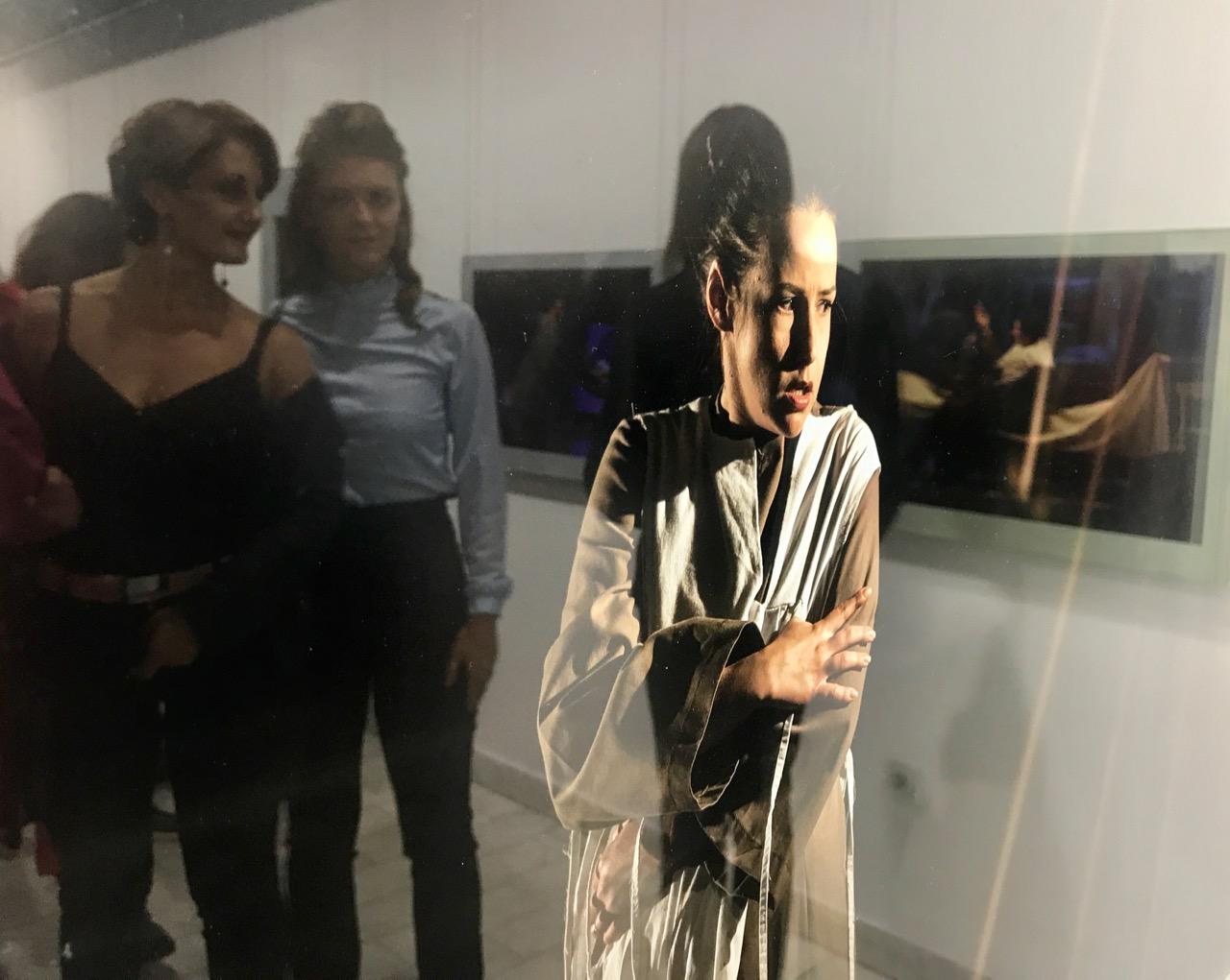 """Photo of Izložba pozorišne fotografije u Galeriji """"Čedomir Krstić"""" izazvala veliko interesovanje"""