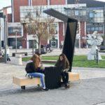 Pametna klupa u centru Pirota