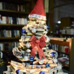 Pirotski bibliotekari napravili novogodišnju jelku od knjiga