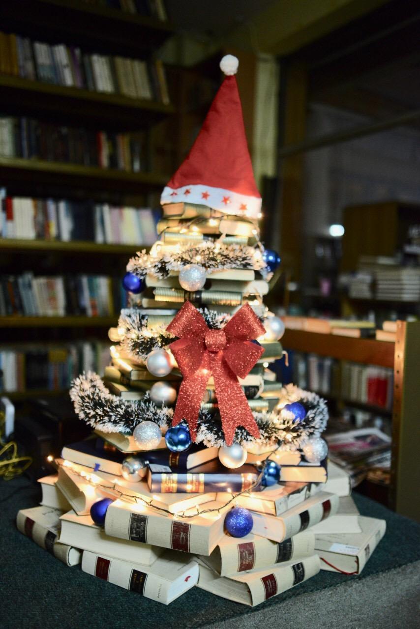 Photo of Pirotski bibliotekari napravili novogodišnju jelku od knjiga