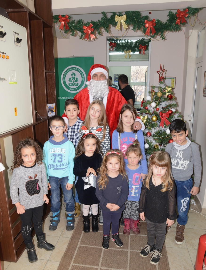 Photo of Porodični dan na Regionalnoj deponiji – Deda Mraz podelio paketiće mališanima