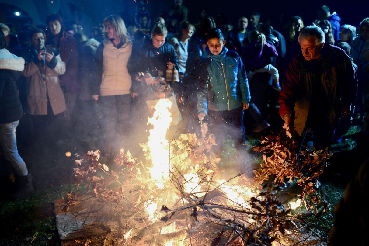 Photo of Badnje veče obeleženo u Pirotu, lomljenje česnice i paljenje badnjaka na više lokacija u gradu i selima