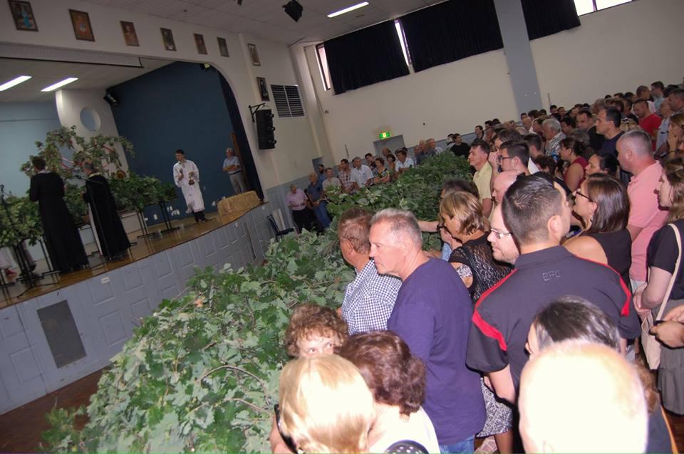 Photo of U ovoj dalekoj zemlji badnjak je zelene boje – Srbi u Australiji obeležili Badnji dan